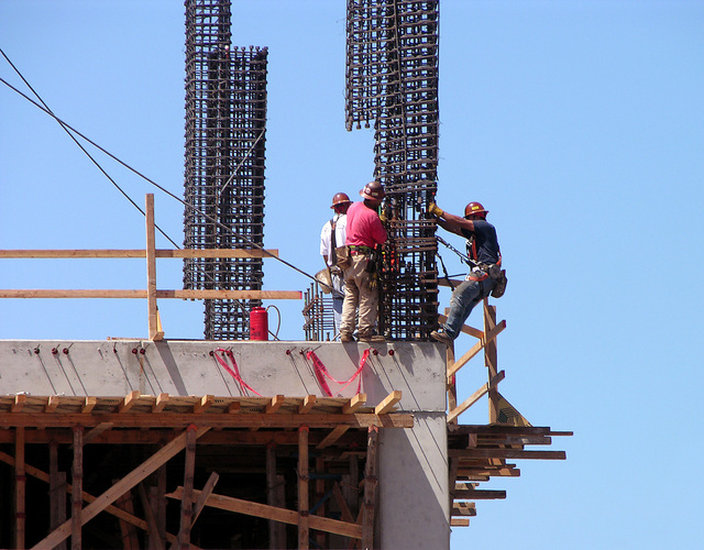 construction-workers-1560042-640x500.jpg